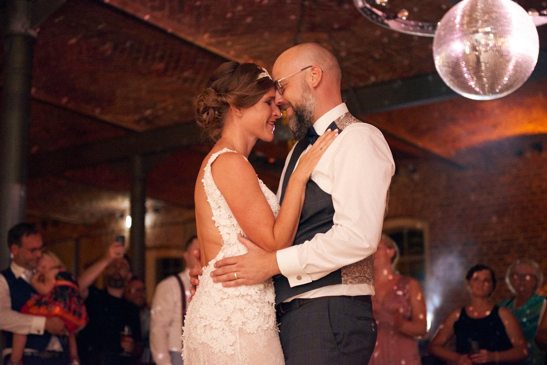 Brautpaar beim Hochzeitstanz – gesehen bei frauimmer-herrewig.de