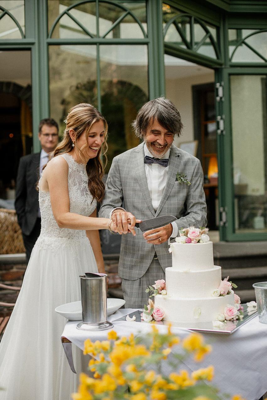 Anschneiden der Hochzeitstorte – gesehen bei frauimmer-herrewig.de
