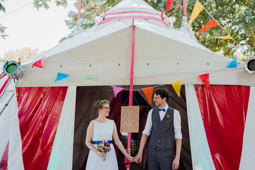 Brautpaar in buntem Zirkuszelt – gesehen bei frauimmer-herrewig.de