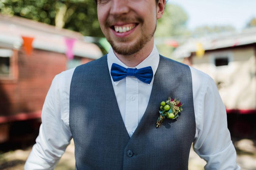 Bräutigam mit blauer Fliege – gesehen bei frauimmer-herrewig.de