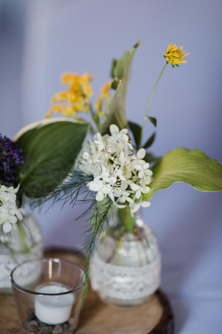 Blumenarrangement aus Gartenblumen für Hochzeit – gesehen bei frauimmer-herrewig.de